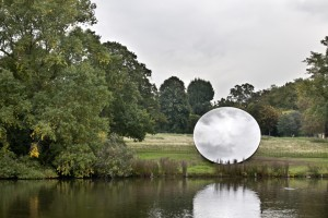 anish_kapoor_sky_mirror_turning_the_world_upside_down_in_kensington_gardens_2010
