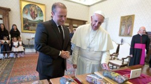 Joseph Muscat exchanges gifts with Pope Francis at the Vatican